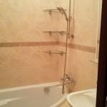 угловые полки над ванной фото