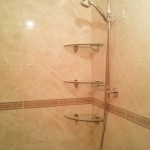 угловые полки над ванной вблизи фото