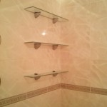 полки над ванной вблизи фото