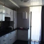 бело-черный кухонный гарнитур с черной плиткой