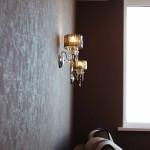 бра на стене у дивана