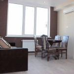 светлая комната с диваном